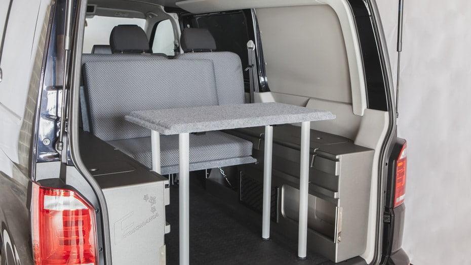 mesa para furgonetas camper, ejemplo de como quedaria montada con los kits de Furgomania