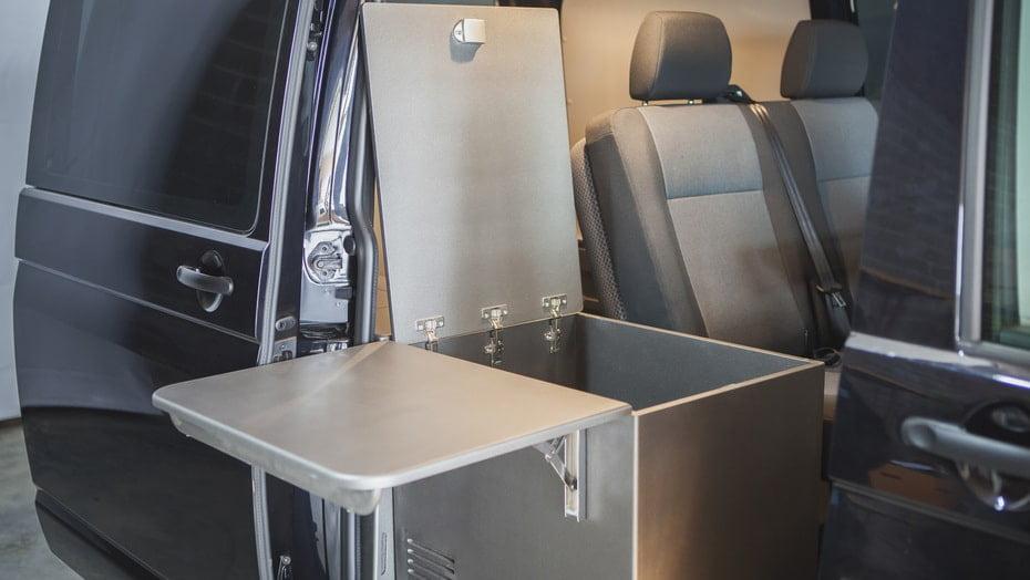 Muebles para furgonetas camperizadas, ejemplo de arcón para guardar los cubiertos u otros accesorios importantes